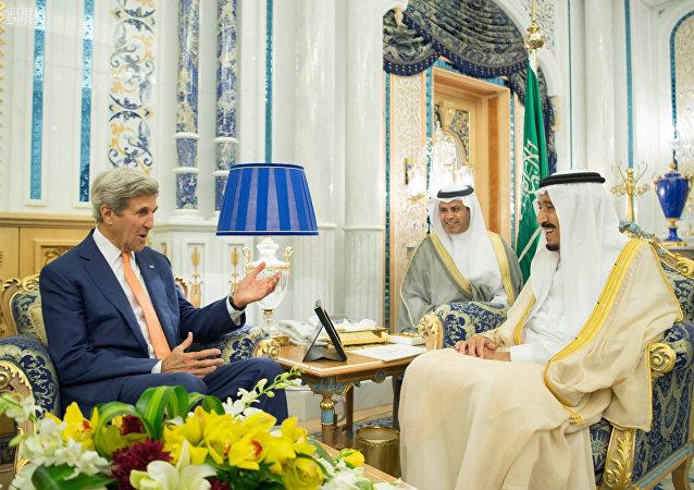 Secretario de Estado estadounidense John Kerry y el Rey Salman de Arabia Saudí