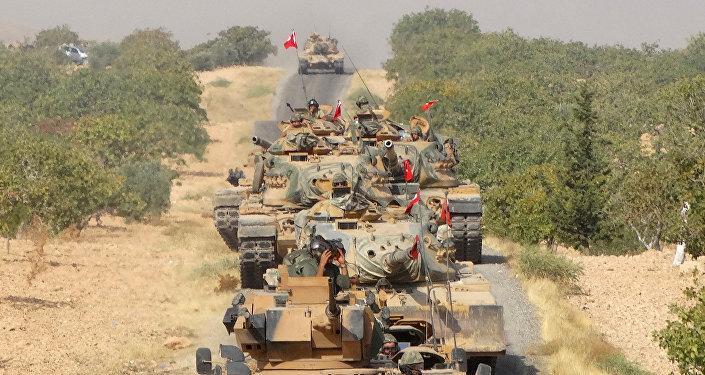 Militares turcos cerca de la ciudad siria de Yarabulus