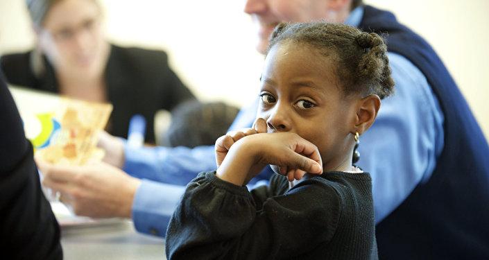 Niña afroamericana en una escuela de EEUU