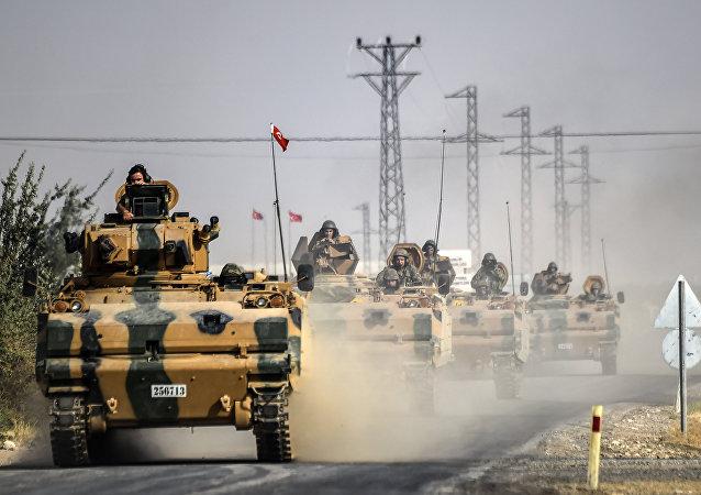 Tanques turcos se aproximan a la frontera con Siria en agosto de 2016