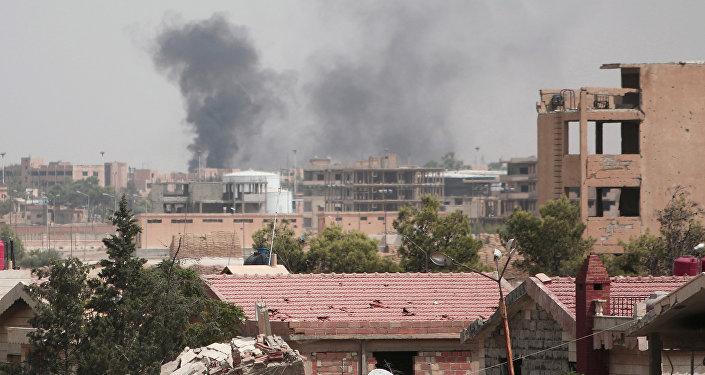 Unas columnas de humo se alzan en la ciudad de Hasaka, en Siria
