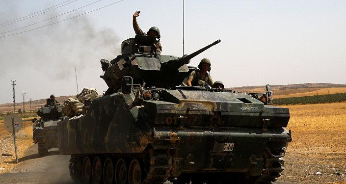 El tanque turco en la frontera turco-siria