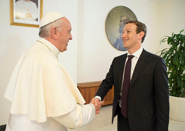 Zuckerberg regala al Papa una réplica a escala del dron de Facebook