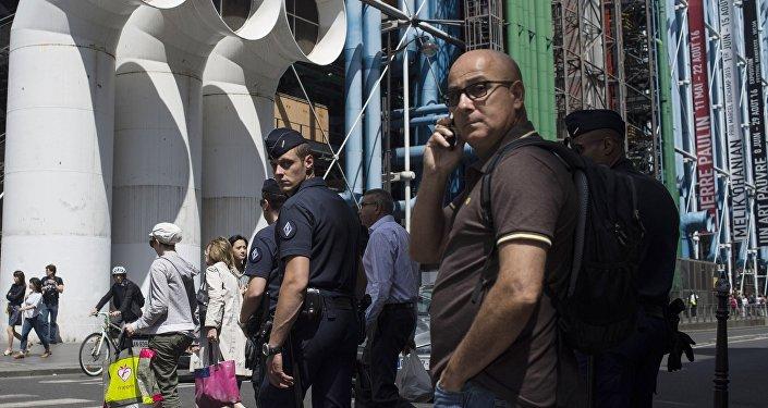 Turistas cerca del Centro Pompidou en París