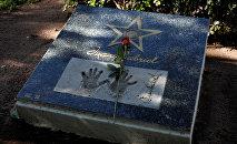 Las huellas de las manos de Juan Gabriel en la placa cerca de su casa en Ciudad Juarez, México