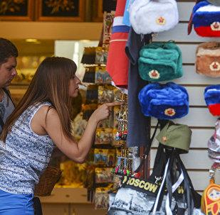 Los turistas compran recuerdos en Moscú