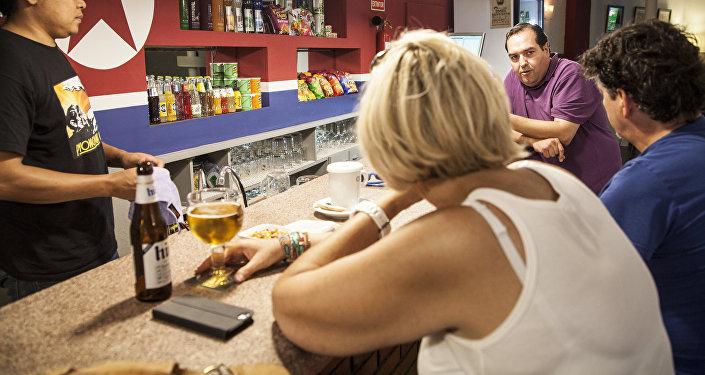 Una pareja de turistas belgas charla con Alejandro