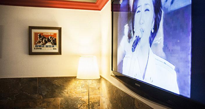 El café cuenta con un televisor en el que se suelen reproducir películas, documentales y retransmisiones de espectáculos norcoreanos