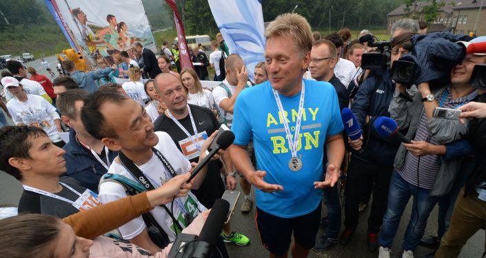Dmitri Peskov, portavoz del presidente de la Federación de Rusia, después de haber cruzado la línea de meta