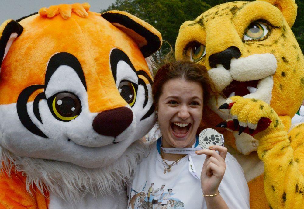 A los participantes de la carrera se les hizo entrega de estas medallas con la imagen de las huellas de un leopardo y un tigre