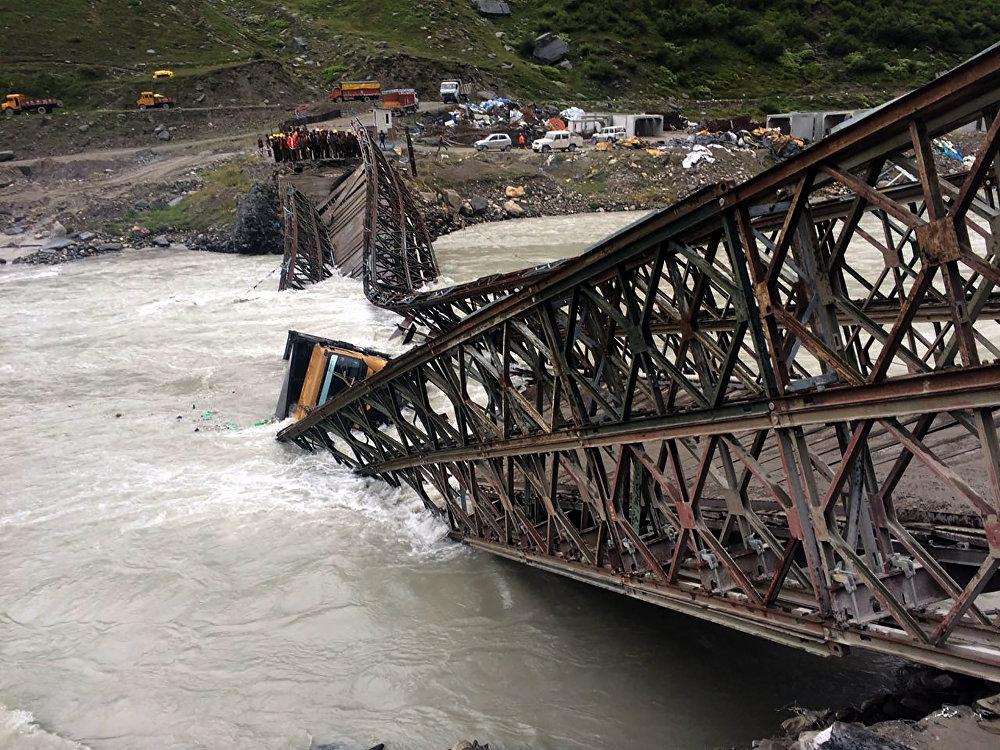 El derrumbe de un puente en la India.