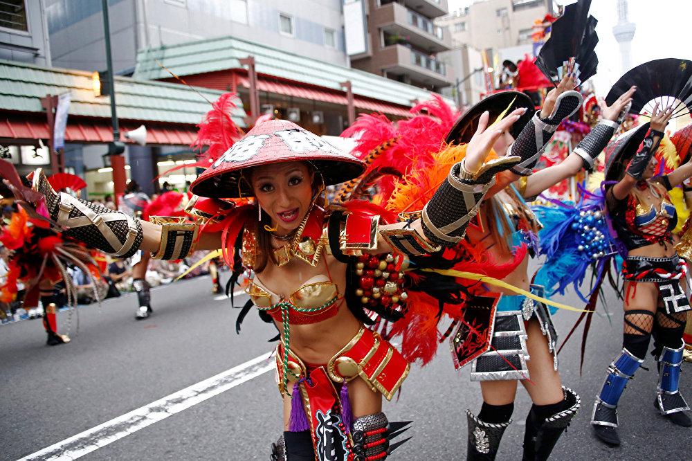 Sambistas durante el Carnaval de Tokio.