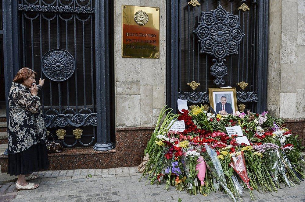 Una mujer al lado de la Embajada de Uzbekistán en Moscú. El presidente de Uzbekistán, Islam Karímov, murió a los 78 años de edad, tras haber sido hospitalizado debido a un derrame cerebral.
