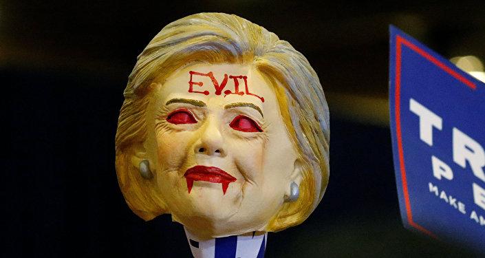 Muñeca de Hillary Clinton usada por los simpatizantes de Donald Trump