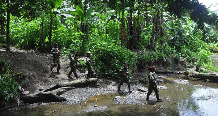 Guerrilleras de las FARC en patrulla
