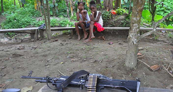 Los guerrilleros de las FARC visitan una aldea vecina