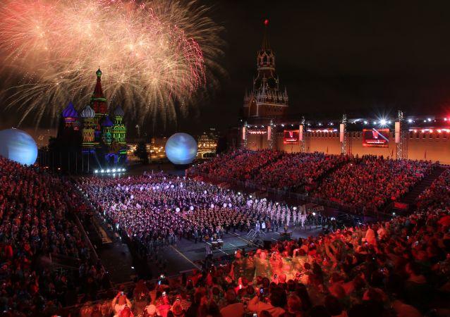 El 4 de septiembre en Moscú se celebró la ceremonia de clausura del Festival Internacional de Música Militar Spasskaya Bashnya. Como ya es tradición la invitada especial del evento fue la cantante francesa Mireille Mathieu.