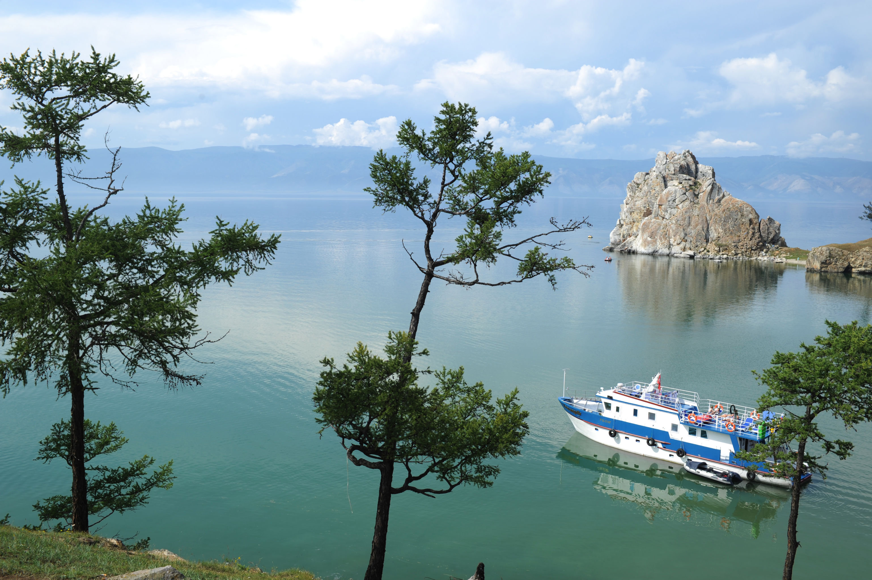 Hasta el momento, el origen de este lago provoca debates entre los científicos. Se considera que el Baikal tiene entre 25 y 35 millones de años. Por lo tanto, es único ya que la mayoría de los lagos —especialmente, los de origen glaciar— solo 'viven' entre unos 10.000 y 15.000 años, y luego se convierten en pantanos.