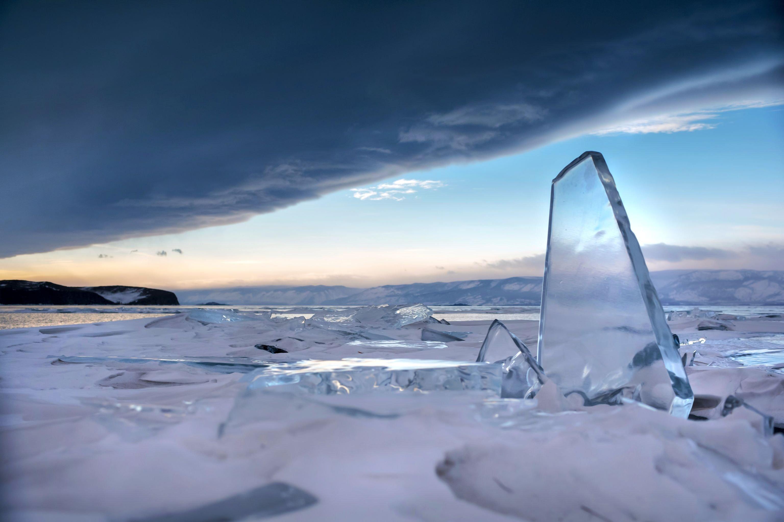 En invierno, Baikal no solo se convierte en la pista de patinaje más grande del mundo, sino también en un espejo decorado con fracturas sofisticadas.