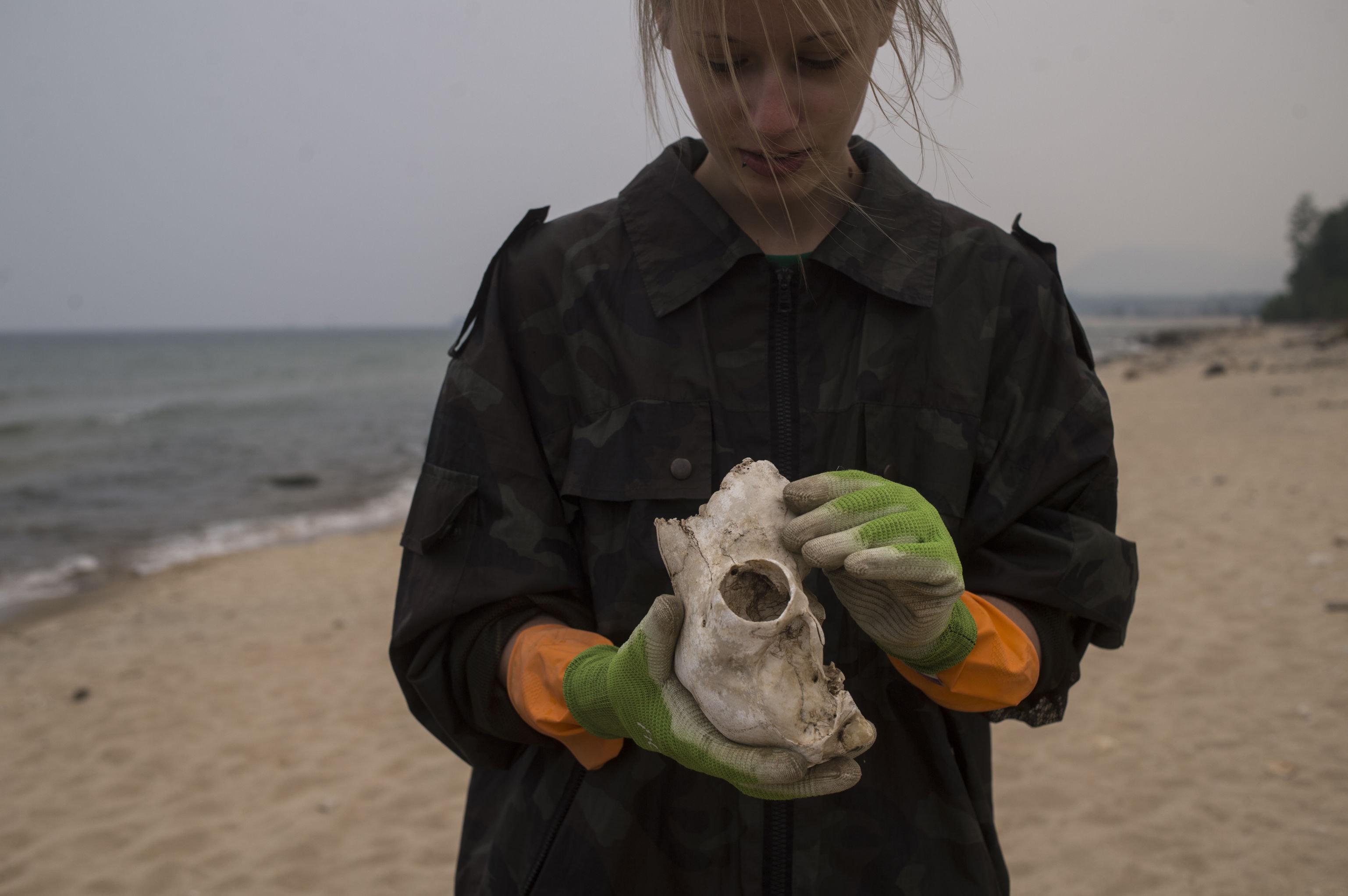 Una voluntaria de la Guardia costera del Baikal durante la recolección de basura en la costa del lago.