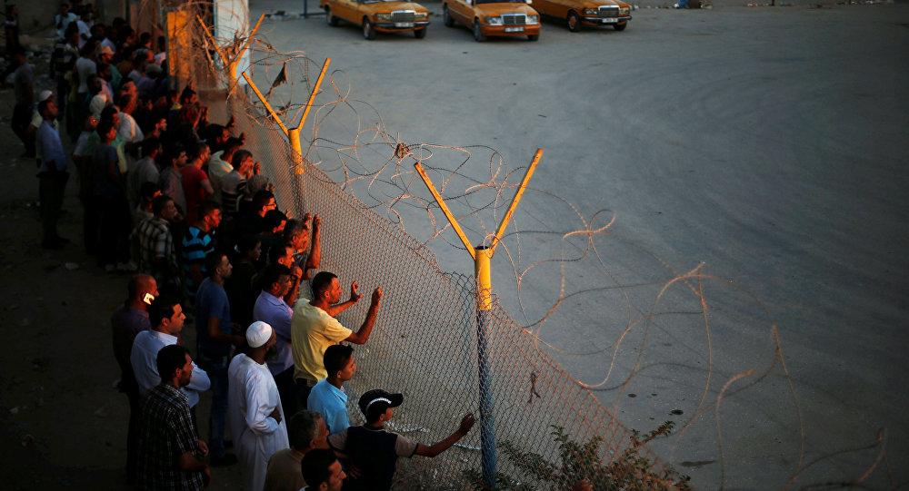 Palestinos en la frontera egipcia cerca del puesto de control de Rafah (archivo)