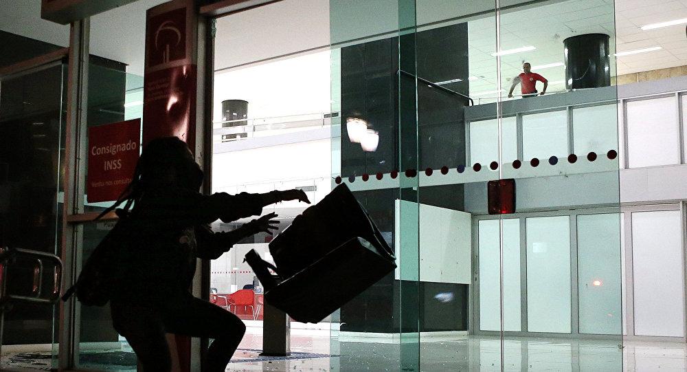 Trabajadores de bancos de brasil convocan una huelga for Oficinas bancarias abiertas por la tarde