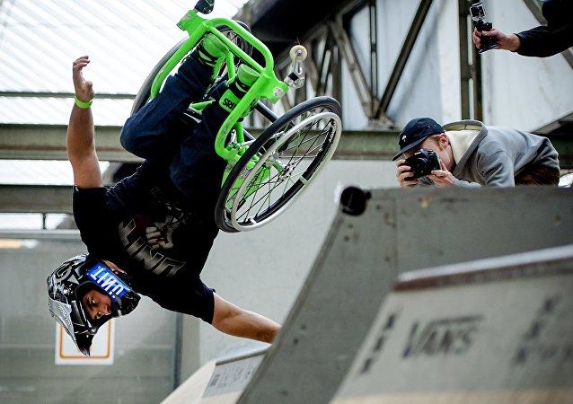 Aaron Wheelz, el deportista estadounidense en silla de ruedas