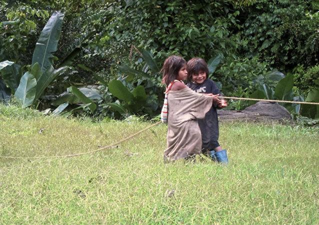Niños indígenas colombianos