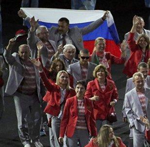Deportistas bielorrusos llevan la bandera de Rusia en la apertura de los Paralímpicos