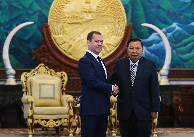 Primer ministro ruso, Dmitri Medvédev, y presidente de Laos, Bounnhang Vorachith