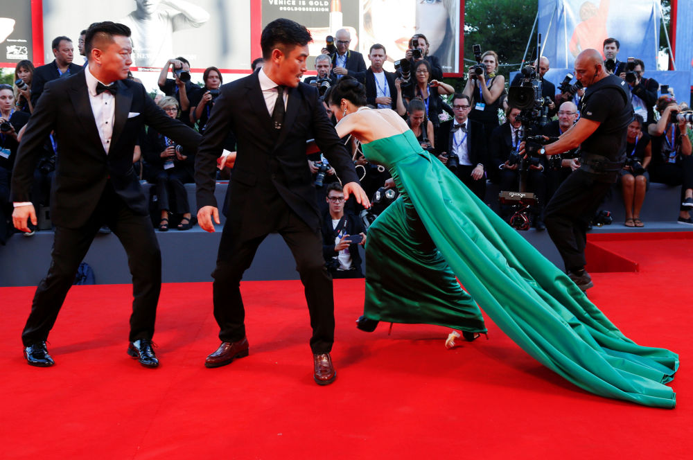 La 72ª edición del Festival Internacional de Cine de Venecia se celebró del 2 al 12 de septiembre. Uno de los momentos más curiosos fue cuanto una de las invitadas no pudo sostenerse en pie con sus tacones sobre la alfombra roja.