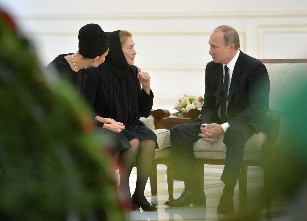 El 6 de septiembre Vladímir Putin rindió homenaje al fallecido presidente de Uzbekistán, Islam Karimov, durante su visita privada a  Samarcanda. Después de visitar la tumba de Karimov, Putin expresó sus condolencias a su viuda e hijas.