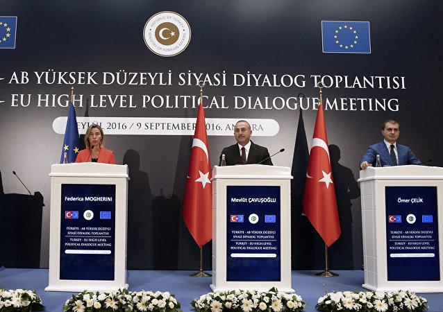 El comisario europeo de Ampliación y Política de Vecindad, Johannes Hahn, la jefa de la diplomacia de la UE, Federica Mogherini, el canciller turco, Mevlut Cavusoglu y el ministro turco de Asuntos Europeos, Omer Celik, durante una conferencia de prensa en Ankara