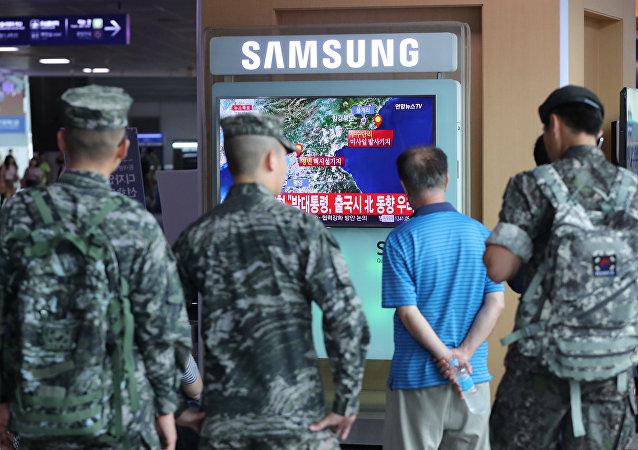 La gente surcoreana ve noticias sobre la prueba nuclear en Corea del Norte