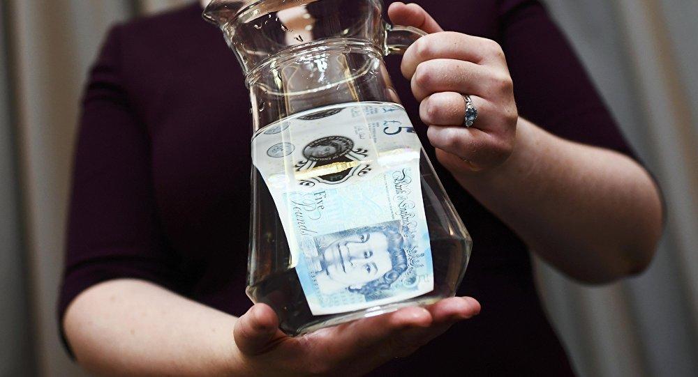 Un billete nuevo de 5 libras esterlinas