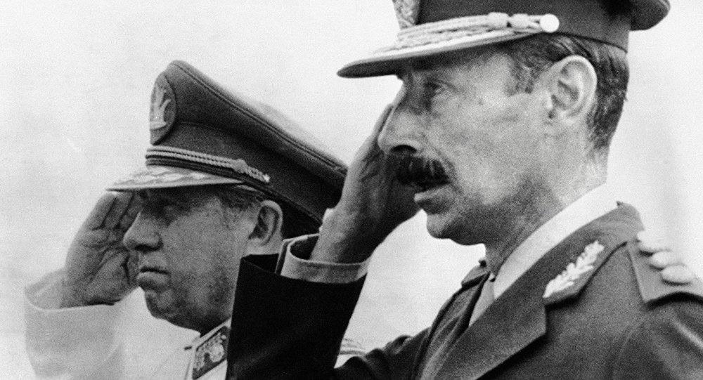 Dictador de Argentina, Jorge Videla (dcha.) y su homólogo de Chile, Augusto Pinochet (archivo)
