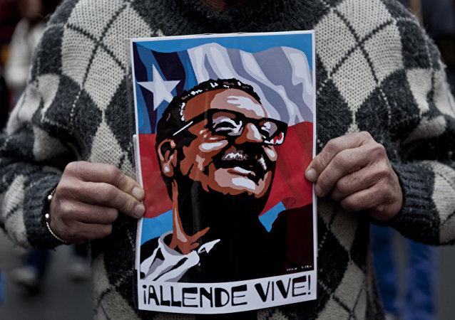 Cartel con la imagen de Salvador Allende, expresidente de Chile (1970-1973) (archivo)
