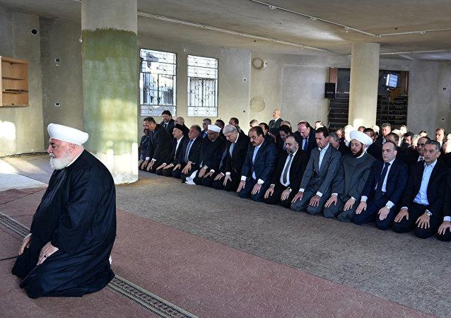Bashar Asad, el presidente de Siria, toma parte en el rezo con motivo de la Fiesta del Sacrificio