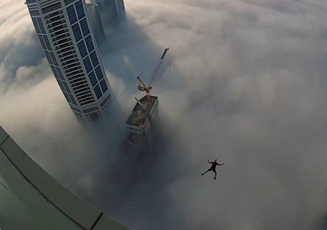 Tocar las nubes: el impresionante salto desde el rascacielos