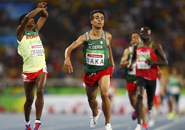 Abdellatif Baka (centro)