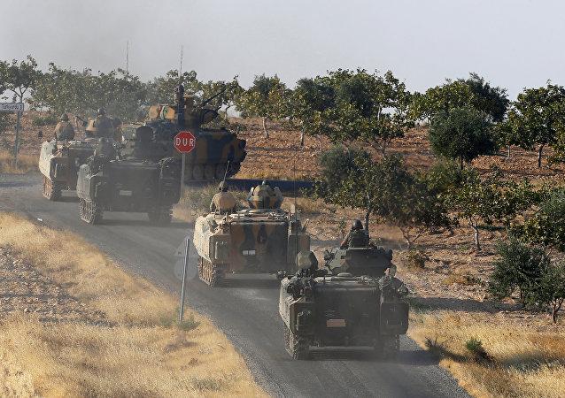 Personas armado turco en la frontera entre Turquía y Siria