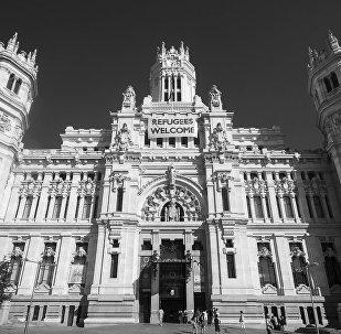 Cartel Refugiados bienvenidos en el Ayuntamiento de madrid