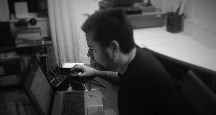 Un hombre con un ordenador