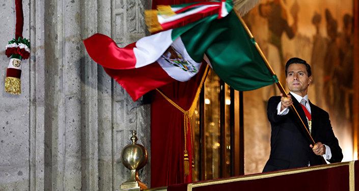 Enrique Peña Nieto con la bandera de México durante la fiesta de Independencia