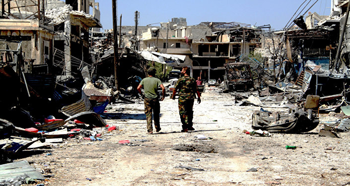 Los soldados sirios en la parte liberada de terroristas en Alepo