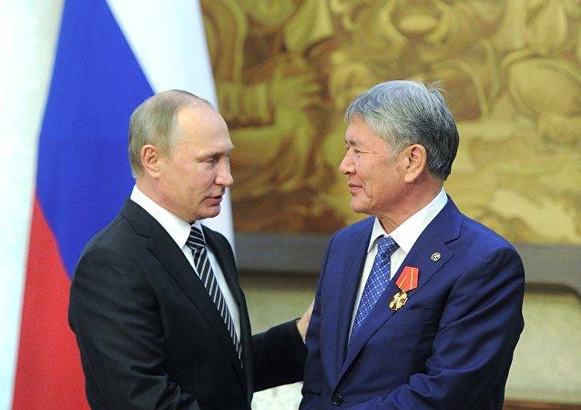 Putin condecora al presidente de Kirguistán con la orden de Alejandro Nevski