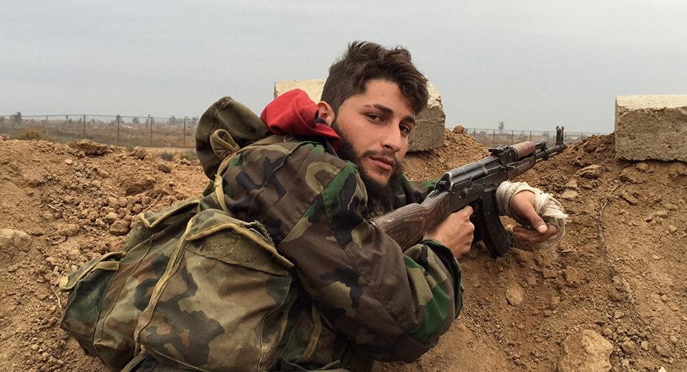 Un soldado del Ejército sirio cerca de la ciudad de Deir Ezzor (archivo)