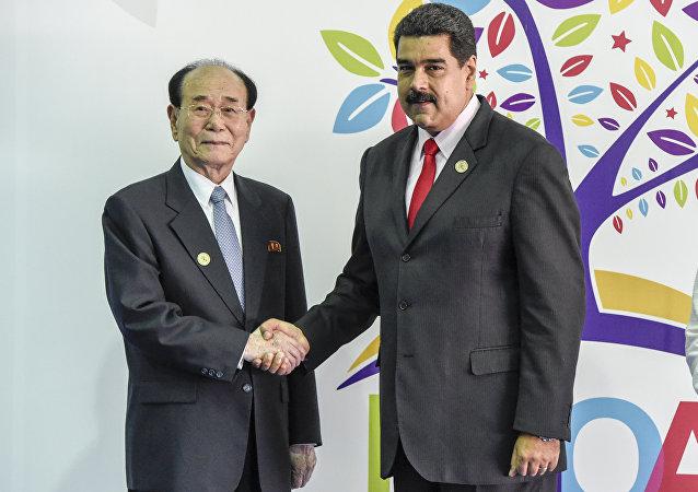 El presidente del parlamento norkoreano Kim Yong Nam y el mandatario venezolano Nicolas Maduro