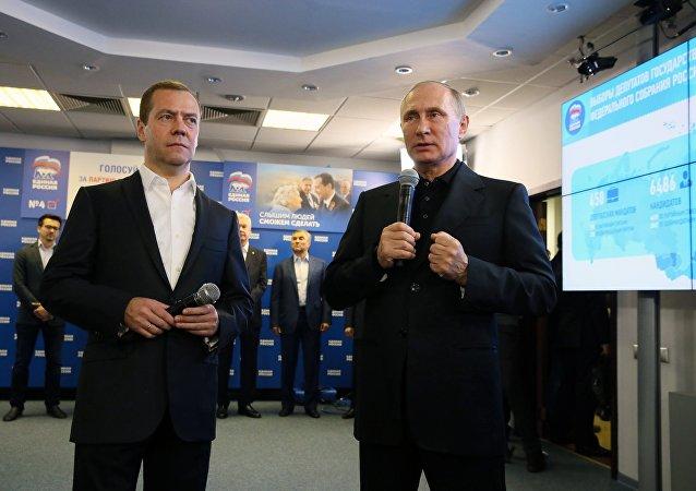 El primer ministro ruso, Dmitri Medvedev, y el mandatario del país, Vladímir Putin, en la sede del partido Rusia Unida