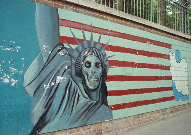 Famoso mural de la estatua de la libertad con una cara del cráneo con la bandera estadounidense de fondo, ex embajada de Estados Unidos, Teherán.